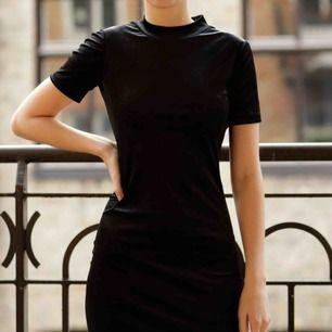 Svart sammets klänning från Zara. Skicket är som nytt! Klänningen slutar precis ovanför knäna och är tajt i modellen. Har en liten turtleneck. Perfekta svarta klänningen! Kom med eget pris 🌹