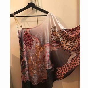 Säljer denna unika och otroligt detaljerade klänning från Christian Audigier (en av skaparna till EdHardy).  Inköptes på NK för några år sen för 3780kr. Säljer den för 1500kr inkl frakt. Vid snabb affär kan jag sälja den för 1000kr inkl frakt.