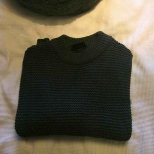Mörkgrå stickad  tröja från Monki i gott skick förutom  någon maska (syns knappt och lätt att peta på bak dom på baksidan) sticks inte alls och noppar inget.