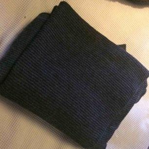 Grå stickad halsduk i fint skick! Värmer bra, Varken sticks eller noppar.