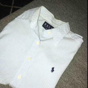 Säljer denna snygga fin skjorta från Ralph lauren, den har ej kommit till användning vilket gjort att jag vill sälja den. Inga fläckar/hål( som ny) frakt betalas av köparen. Möts i Stockholm!❤️🤗