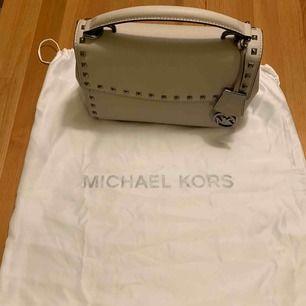 Michael Kors väska ( äkta) axelrem finns i väskan.