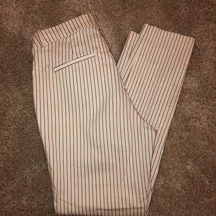 Ett par vita kostymbyxor med svarta ränder ifrån hm. Super  stretchiga och höga i midjan. Nästintill helt oanvända, säljer pga ingen användning utav dem tyvärr. Passar mig som brukar ha S. 💗