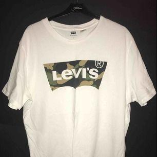 Nu säljer jag min levi's t-shirt limited edition camouflage.  Knappt använd eftersom att det var väldigt stor på mig.  Köparen står för frakten Vid frågor är det bara att höra av sig