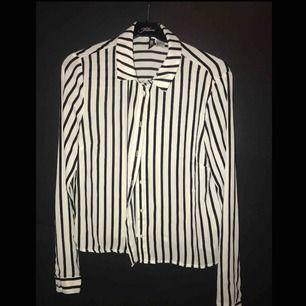 Jag säljer nu min knappt använda skjorta som jag köpte på hm för ett halv år sedan. En väldigt skönt skjorta som inte sitter så tight.