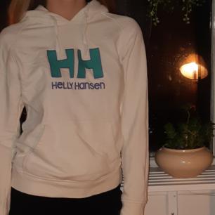 Vit hoodie med turkos och lila logga.  Har haft i ca 4 år men knappt använd.  På lappen står det Medium, men skulle nog säga att det är en Small:)