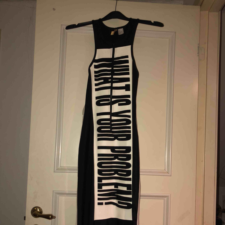 Snygg klänning som tyvärr inte kommer till användning. Klänningen slutar kanske 1 dm från ankeln. Köparen står för frakt! 😊. Klänningar.