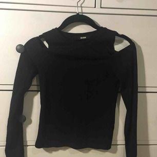 """Jätte snygg tröja från bikbok som är """"axellös"""" fin som basic men ändå med en fin detalj som ger det där lilla extra. PRIS KAN DISKUTERAS! :)"""