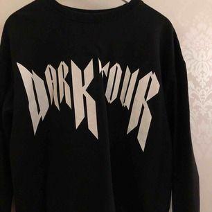 En svart sweatshirt från Lager 157 med text. Storlek S men funkar även som en M. Använd 2-3 gånger! Säljer pga av inte min stil.
