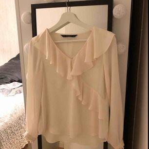 En vit fin blus, passar i storlek XS-S skulle ja säga! Sparsamt använd så den är i bra skick! Köparen står för frakt🌸 på bilden ser den lite rosa ut typ men de e bara dåligt ljus, skriv vid fler bilder🥰