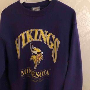 En lila retro tröja, köpt på second hand. Knappt använd! Storlek XL men skulle själv klassa den som en M.