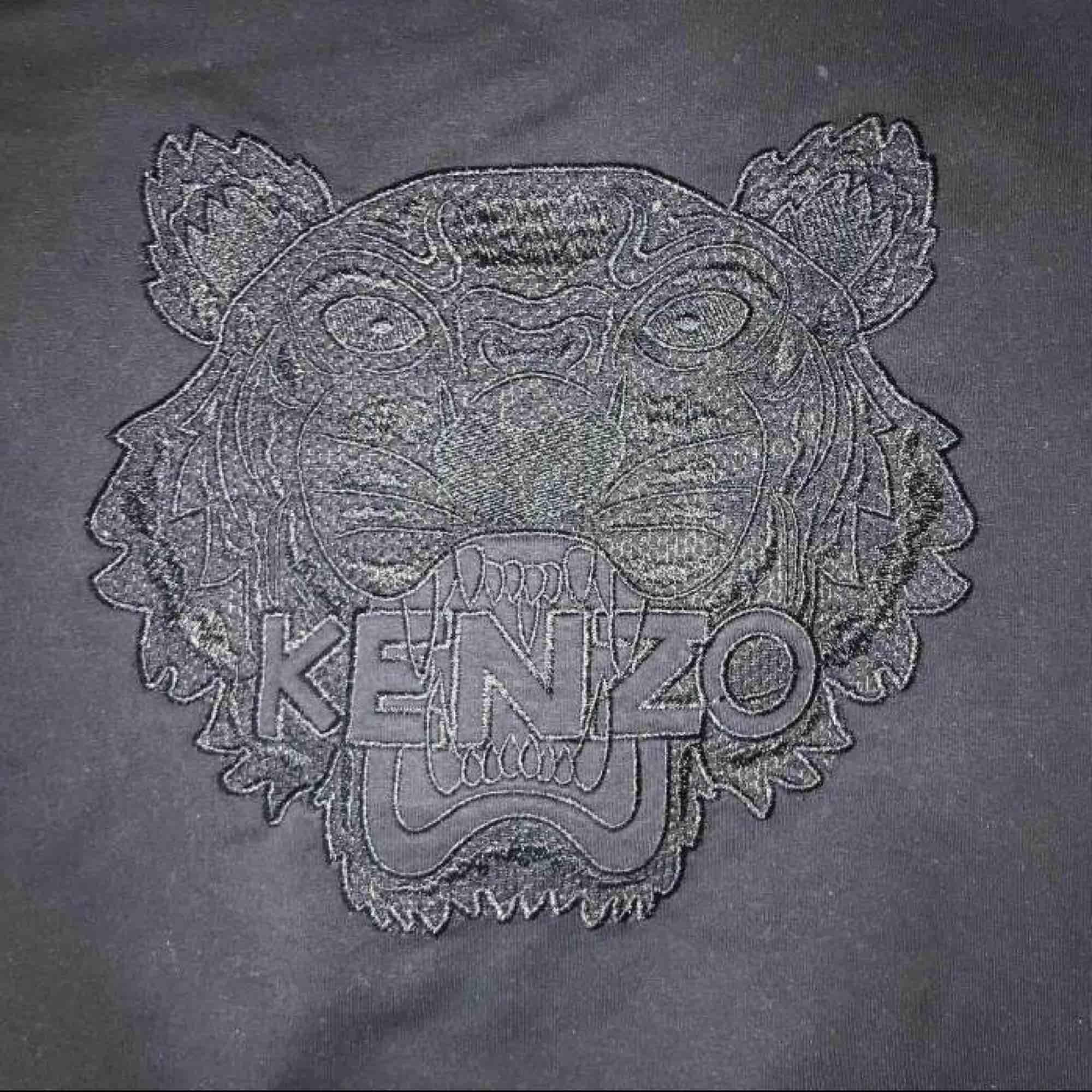 Svart Kenzo tröja, storlek S men passar även de som har XS. . Tröjor & Koftor.