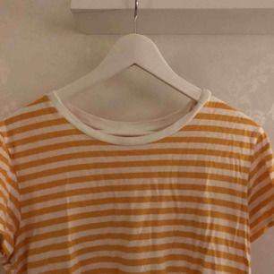 Gul vit randig t-shirt. Från Monki. Använd ca 2-3 gånger. Säljer pga inte min stil.