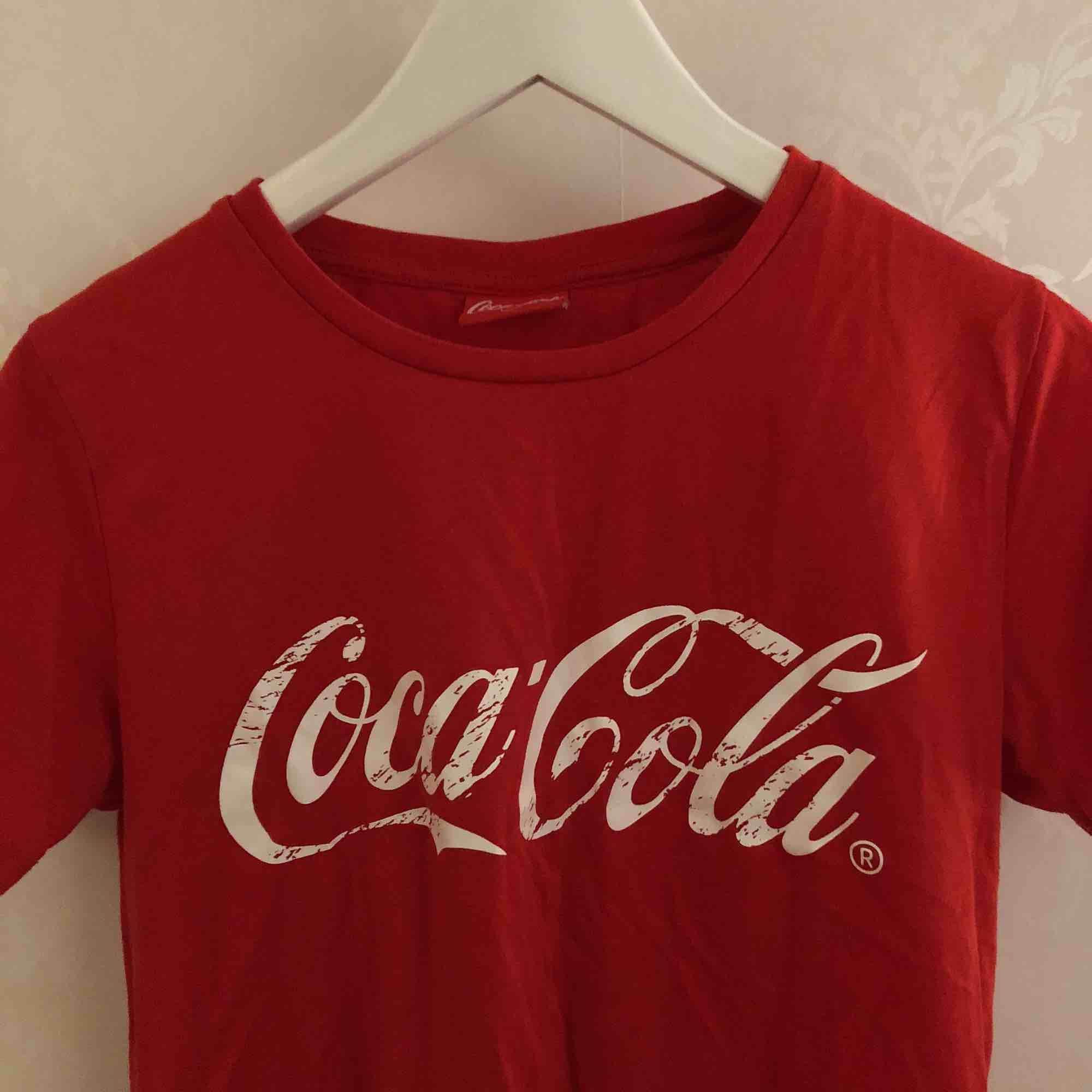 Coca-cola tröja från BikBok. Storlek S men funkar även som M. Använd ca 5 gånger. Säljer pga inte min stil.. T-shirts.