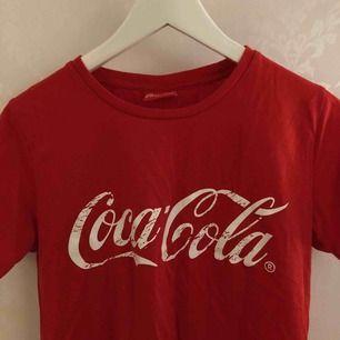 Coca-cola tröja från BikBok. Storlek S men funkar även som M. Använd ca 5 gånger. Säljer pga inte min stil.