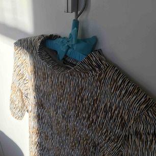 Mönstrad tröja från Monki. Turtleneck, kortärm. Använd ett fåtal gånger💛