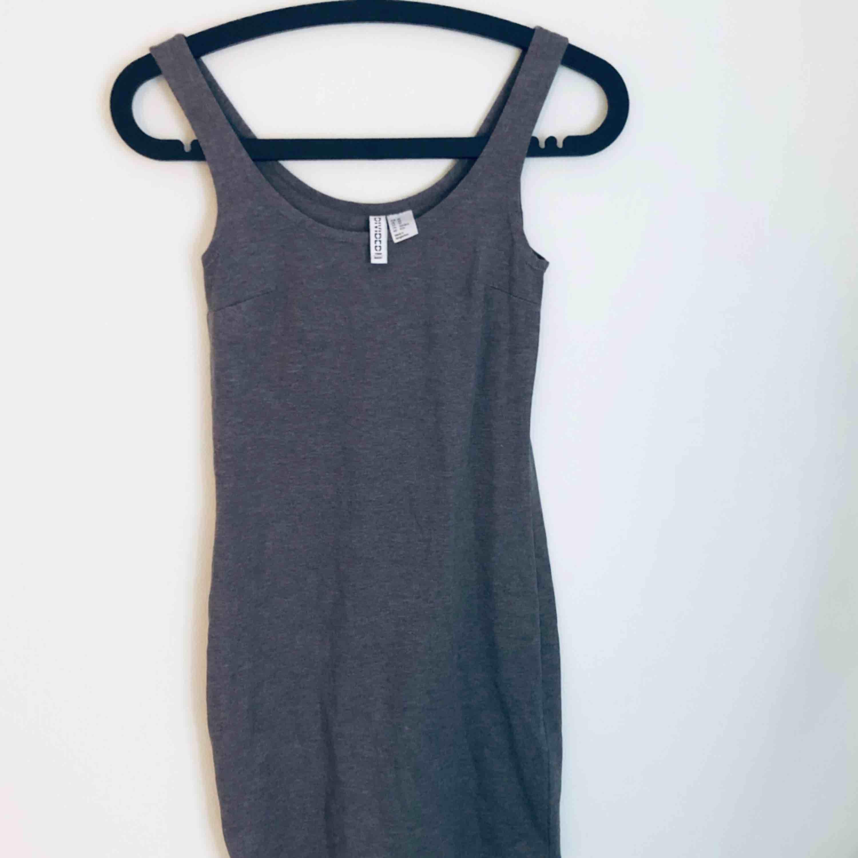 37ef662f4905 Linne/klänning i grått från H&M - H&M Klänningar - Second Hand