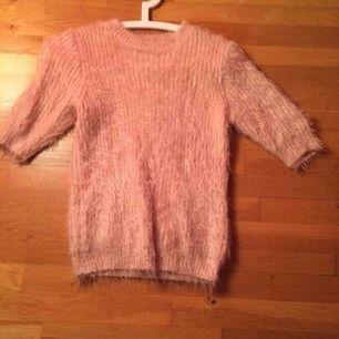 Gammalrosa fluffig tröja med trekvartsärmar i storlek S. Toppenskick men tyvärr är den för liten för mig 😞 pris: 150 kr. Köparen betalar frakt, 55 kr i postens M påse 🍂