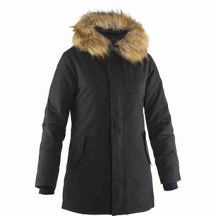 Säljer min Svea jacka, köpt förra vinter. Mycket fin med inga fläckar eller hål.  Varmt fodrad och håller värme❄️ Köpt från Intersport för 2400 kr
