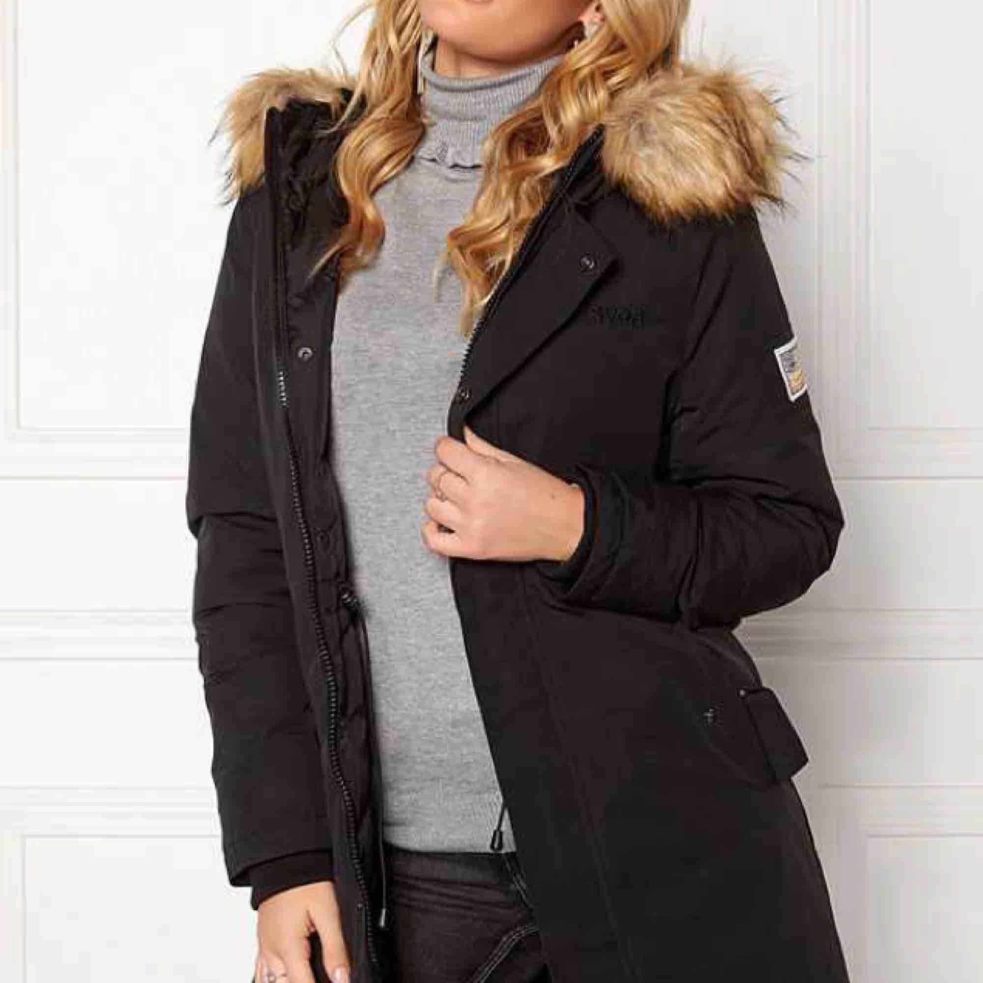 Säljer min Svea jacka, köpt förra vinter. Mycket fin med inga fläckar eller hål.  Varmt fodrad och håller värme❄️ Köpt från Intersport för 2400 kr. Jackor.