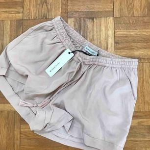 Puder-rosa Aldrig använda shorts, lappen sitter kvar. Frakt ingår 💕💕