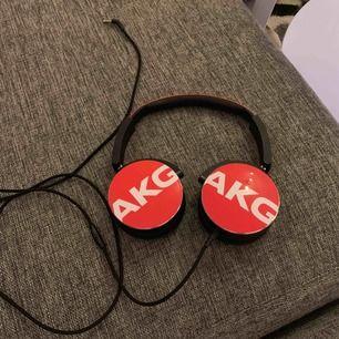 AKG hörlurar, köpta för att använda till mitt Xbox men det fungerade inte... använda 2 gånger