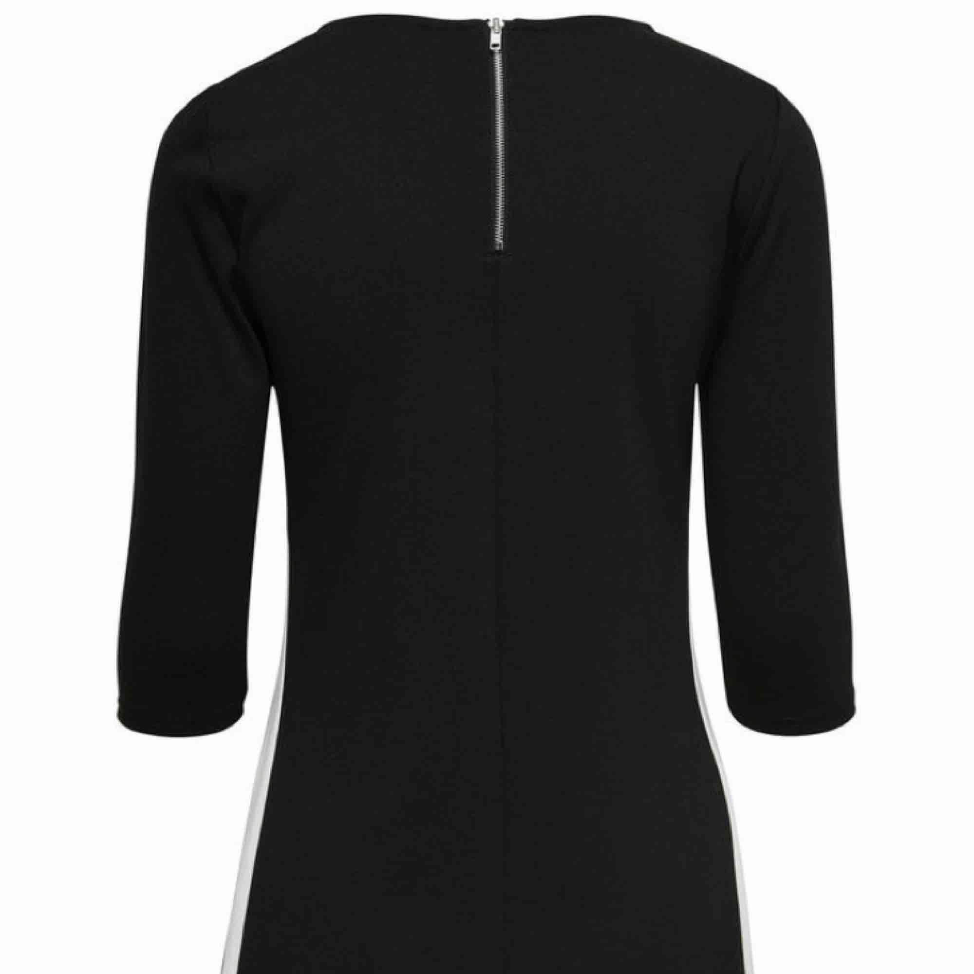 Säljer nu en klänning från only som endast är använd vid ett tillfälle, svart framsida, på baksidan finns en dragkedja som blir en snygg, stilren detalj! Frakt är inräknat i priset! . Klänningar.