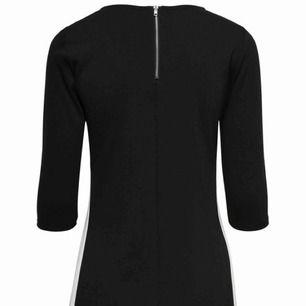 Säljer nu en klänning från only som endast är använd vid ett tillfälle, svart framsida, på baksidan finns en dragkedja som blir en snygg, stilren detalj! Frakt är inräknat i priset!