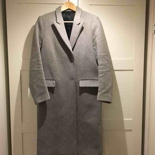Säljer nu min älskade Filippa k kappa för den bara hänger i garderoben. Den är i perfekt skick. Ser helt ny ut! Nypris var 4500. Skickas mot en fraktkostnad. Eller hämtas i Sundbyberg.
