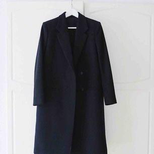 Säljer nu min älskade Filippa k kappa för den bara hänger i garderoben. Den är i perfekt skick. Ser helt ny ut! Den är smått ribbad. Se bild 2. Nypris var runt 4000kr Frakten ingår i priset.