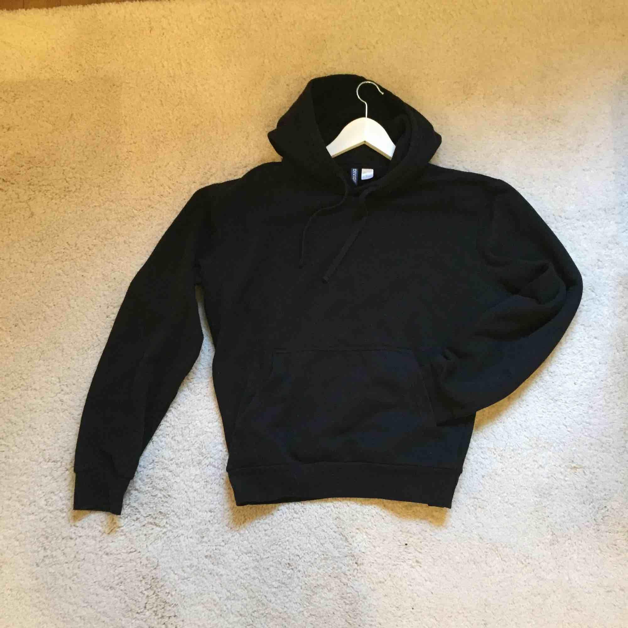 Snygg basic tjocktröja/munktröja/hoodie i storlek L. Snygg oversize och bra plagg att ha i garderoben. I använt skick, så mysig! ✨ kolla gärna in mina andra plagg för samfrakt! . Huvtröjor & Träningströjor.