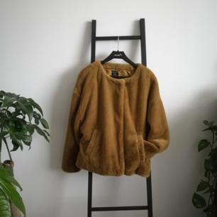 Senapsgul pälsjacka köpt på Zara för nåt år sen, endast använd en gång och har spenderat resten av tiden på en galge i klädkammaren. Varm nog att funka som tidig/sen-vinterjacka med en tjocktröja under. Möts upp i Stockholm eller fraktar för ca 100kr.
