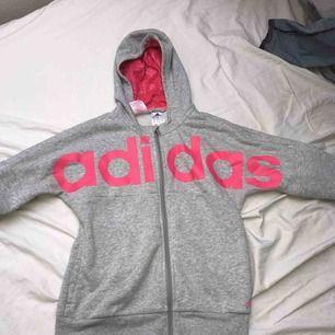 Adidas kofta i grå och rosa! I fint skick!