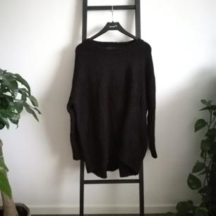 Mysig svart stickad tröja från Zara i fint skick! Möts upp i Stockholm eller fraktar för ca 70kr.