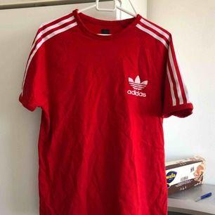 nice t shirt från adidas, vintage men kommer inte till användning. frakt tillkommer 39kr