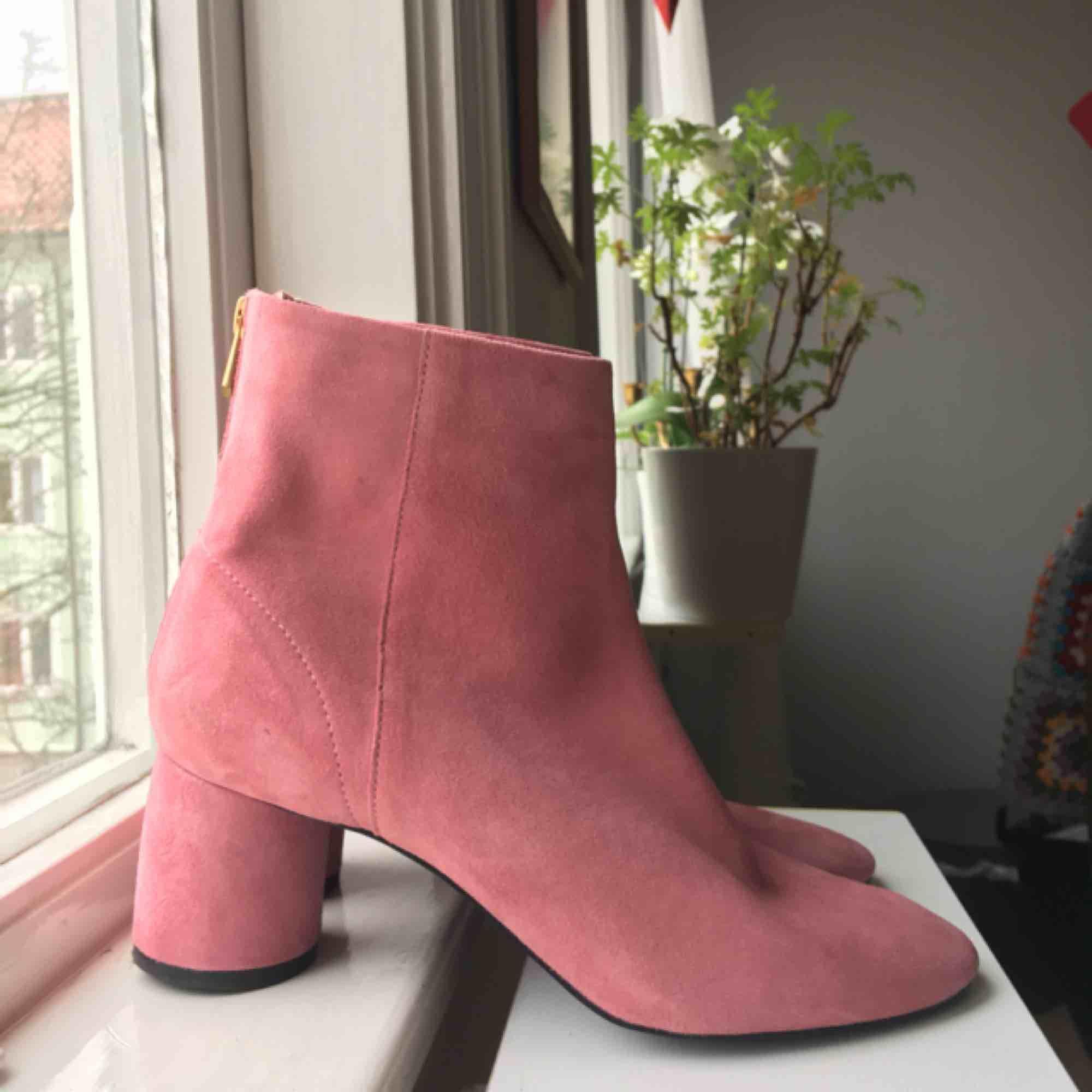 Rosa boots i mocka från & other stories. Superfina!! Men måste tyvärr säljas pga för stora. Använda en gång, nypris 1250kr🌹🌹. Skor.
