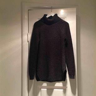 Supergosig stickad tröja från gina tricot. Lite längre modell och små slitsar på båda sidorna. ✨ kolla gärna in mina andra annonser för samfrakt!