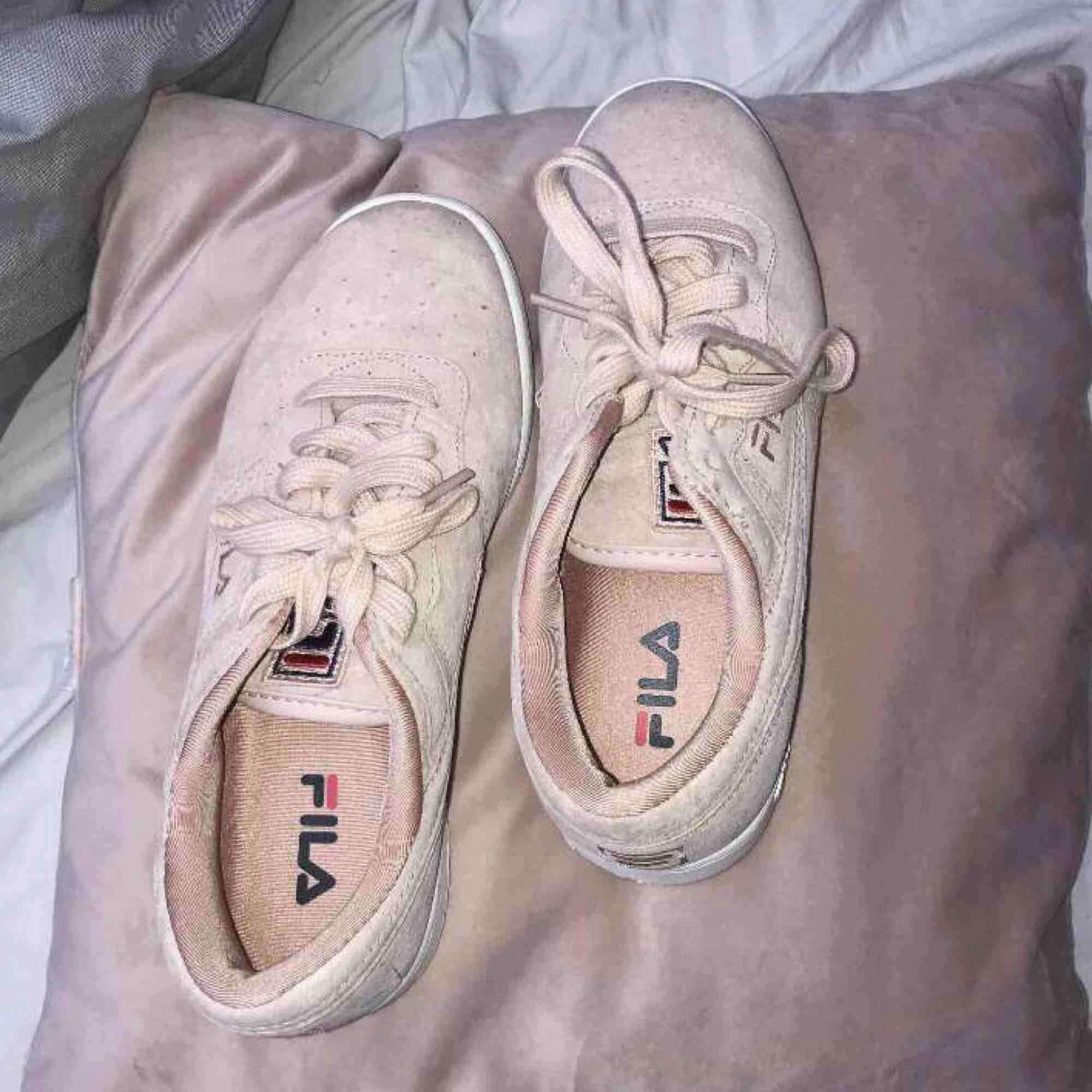 Fila skor i storlek 37,5  Använda ett fåtal gånger, väldigt bra skick! :). Skor.