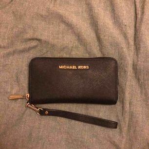 En äkta plånbok från Michael Kors! Modell: Travel Large Smartphone Wristlet Nypris 1100 kr  Köparen står för frakten😊
