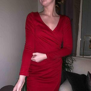 Röd klänning från Nelly använd en gång!🗣 💕kolla gärna in mina andra annonser, vill sälja av allt så ge förslag på pris💕