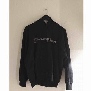 säljer en äkta Champion hoodie i svart. frakt 72kr