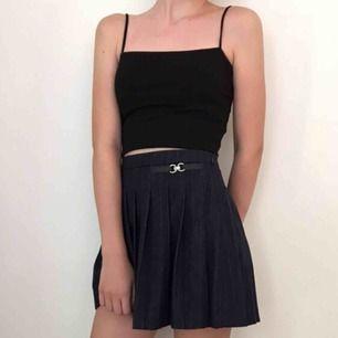 Fin mörkblå kjol från zara i lite tjockare tyg. Är egentligen i storlek 152 men passar lika som en XXS/XS. Den har en dragkedja på sidan. Endast använd en gång. Tar swish eller plick safepay och köparen står för frakt.🌚