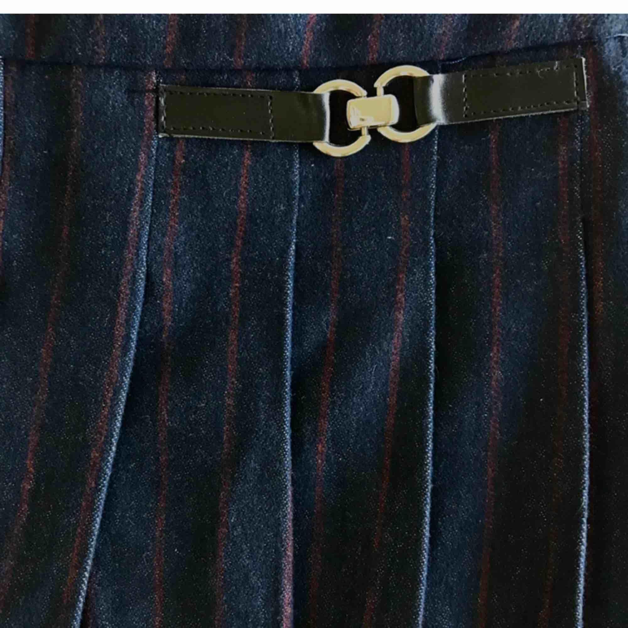 Fin mörkblå kjol från zara i lite tjockare tyg. Är egentligen i storlek 152 men passar lika som en XXS/XS. Den har en dragkedja på sidan. Endast använd en gång. Tar swish eller plick safepay och köparen står för frakt.🌚. Kjolar.
