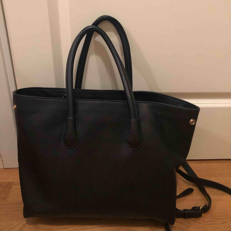 Väska köpt från Åhléns för 400kr! Knappt använd! . Väskor.