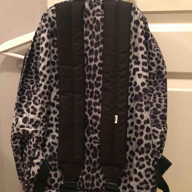 Ryggsäck från vans med leopard print! Använd 1 gång. . Väskor.