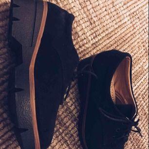 Super snygga skor använd fåtal gånger fortfarande lika nya och bra. Storlek 38 Köparen står för frakten, använder även Swish.