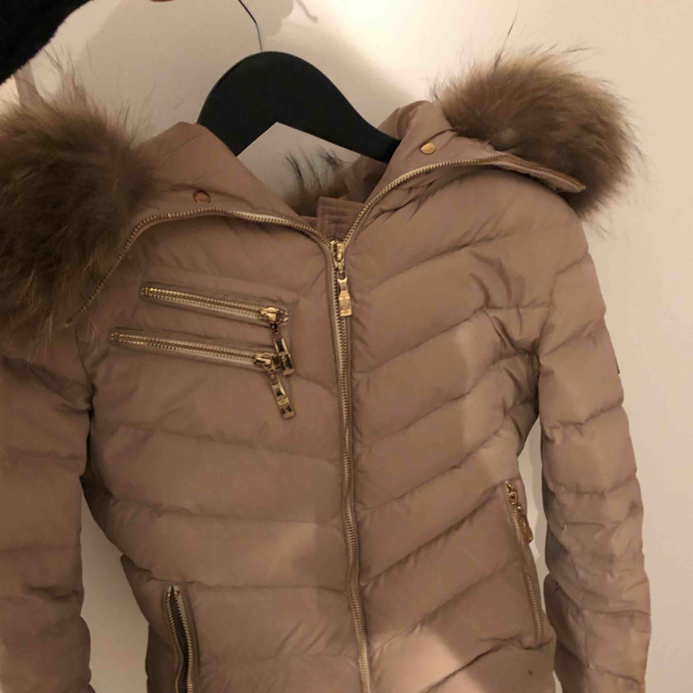 Hollies jacka  - sparsamt använd en vinter - storlek 36/S - köpt för 4000kr  - kan skicka fler bilder - frakt kostnad ingår ej - kan mötas i stan  . Jackor.