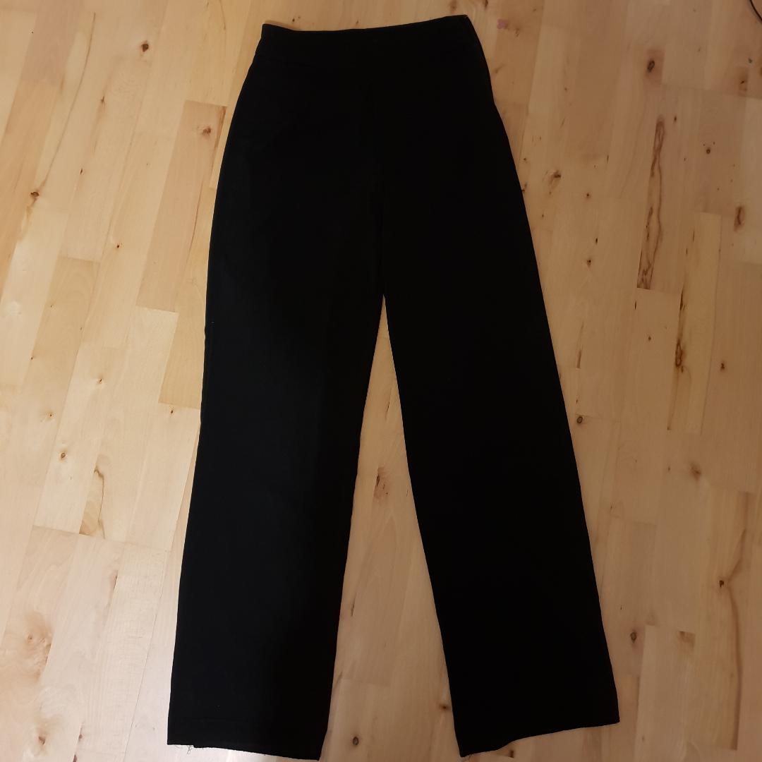 Snygga högmidjade festbrallor i kostym material. De är utsvängda och bra i längden på mig som är ca 160 cm. Det tillkommer ett frakpris på 50 kr!. Jeans & Byxor.