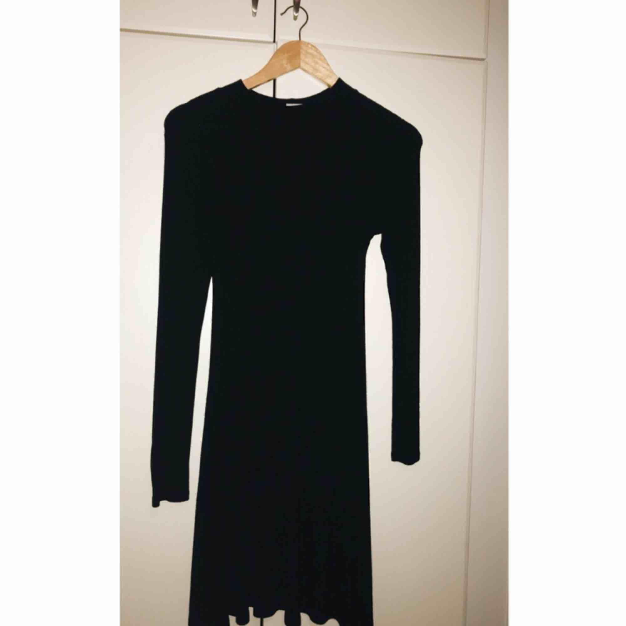 Fin klänning som man kan ha nu på vintern använd bara en gång. Storlek S  Köparen står för frakten. Använder Swish.. Klänningar.