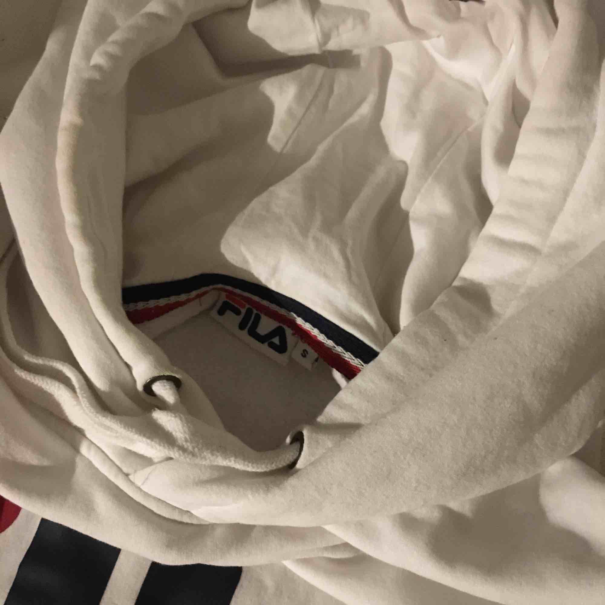 Skön och fräsch hoodie från fila, inget märke på ryggen . Huvtröjor & Träningströjor.